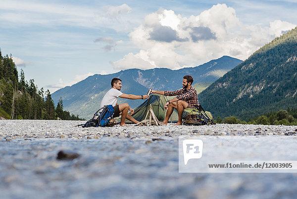 Deutschland  Bayern  zwei Wanderer beim Zelten auf der Kiesbank