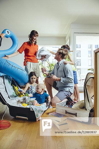 Glückliche fünfköpfige Familie für die Urlaubsreise