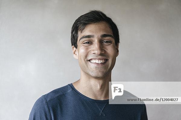 Porträt des lächelnden Mannes