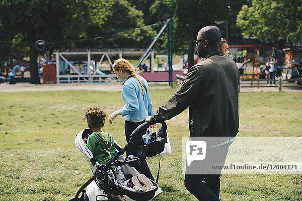 Familienwanderung auf der Wiese im Park