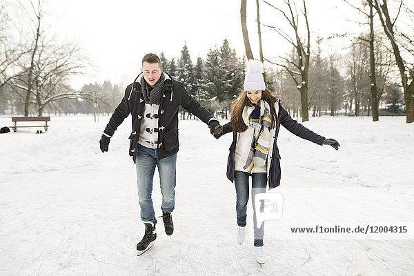 Paar Eislaufen auf einem zugefrorenen See