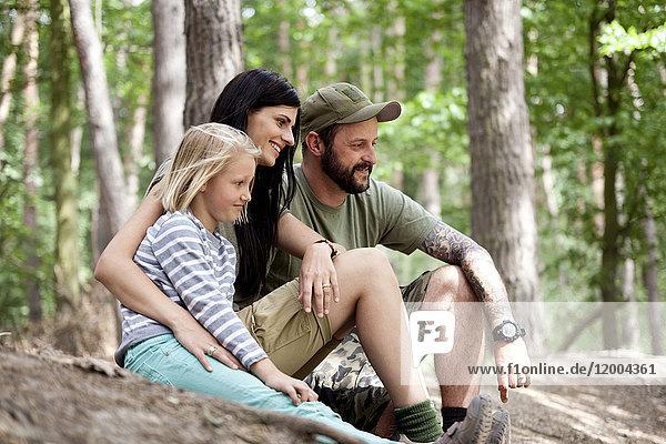 Glückliche Familie mit Tochter im Wald