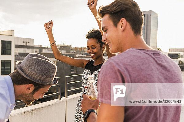 Freunde bei einer Dachparty