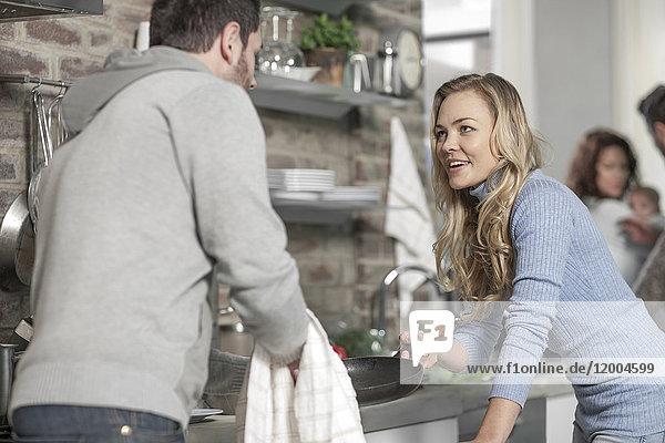 Pärchen diskutieren in der Küche beim Zubereiten eines Essens