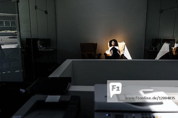Junge Frau bei einer Pause im Amt
