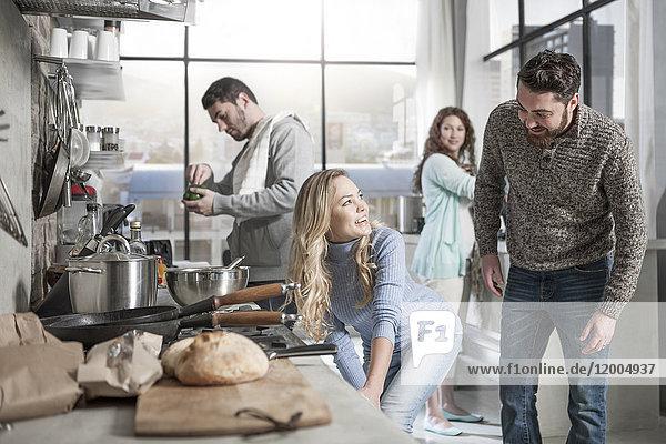 Freunde bei der Zubereitung des Essens in der Küche