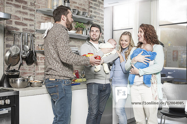 Familie und Freunde mit Babys in der Küche
