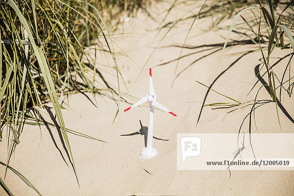 Modell-Windkraftanlage am Strand in den Dünen