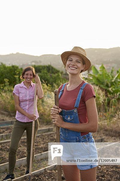 Porträt eines glücklichen Jungbauern