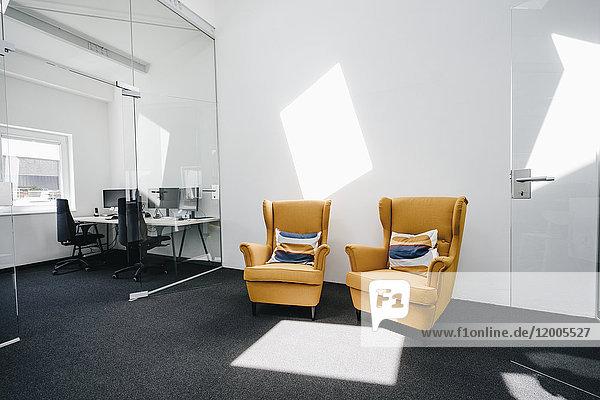 Sessel im leeren modernen Büro