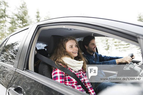 Junges Paar auf Roadtrip in der Winterlandschaft