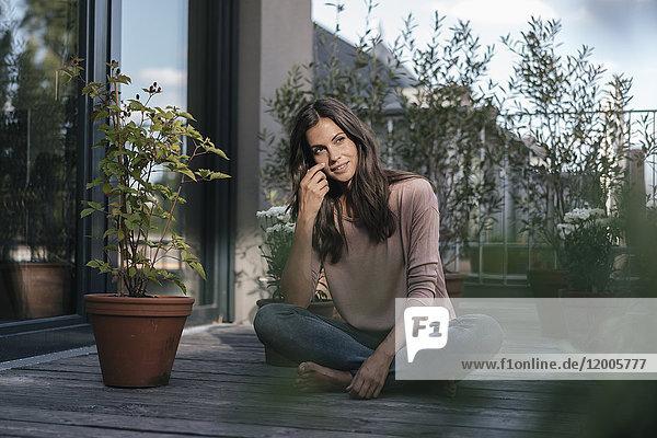 Frau entspannt auf dem Balkon