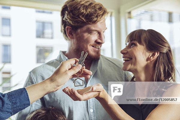 Paar erhält Schlüssel zu seinem neuen Zuhause