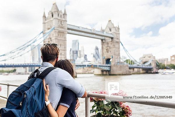 UK  London  verliebtes Paar beim Blick auf die Tower Bridge