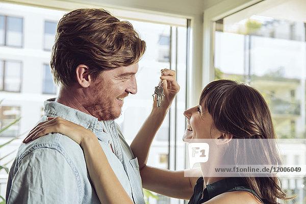 Glückliches Paar mit Hausschlüssel