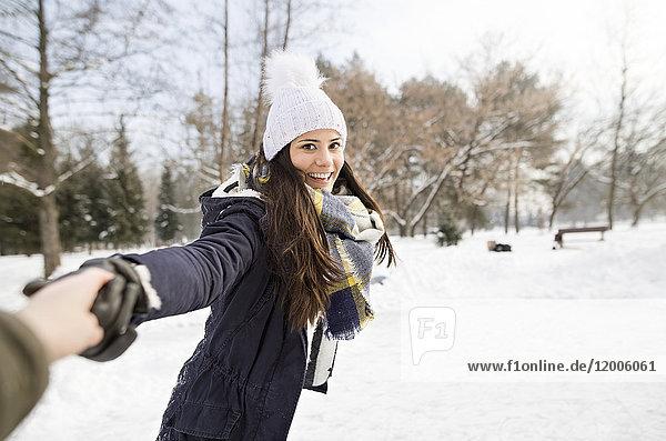 Frau beim Schlittschuhlaufen