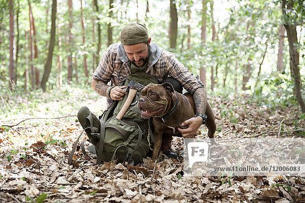 Mann mit Hund im Wald