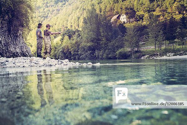 Slowenien  zwei Männer beim Fliegenfischen im Fluss Soca