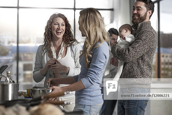 Familie und Freunde bei der Zubereitung des Essens in der Küche