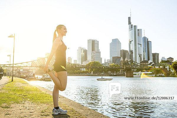 Deutschland  Frankfurt  junge Frau am Flussufer