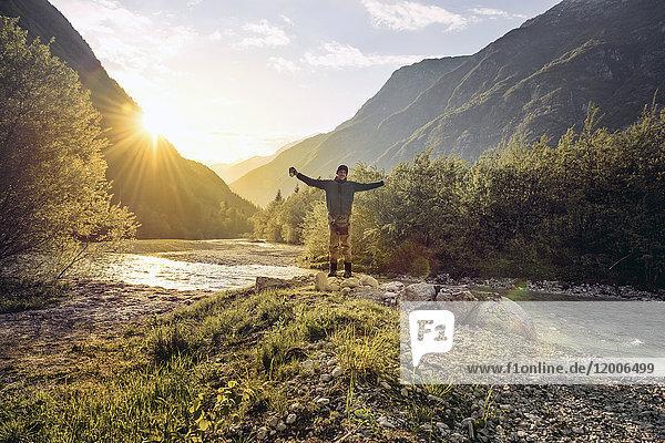 Slowenien  Bovec  Mann steht am Fluss Soca