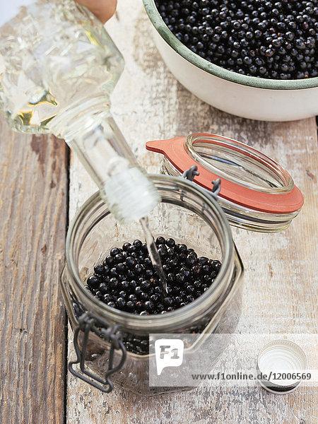 Zubereitung von Holunderbeer-Wodka Zubereitung von Holunderbeer-Wodka