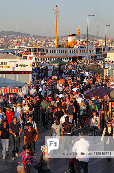 'Turkey,  Istanbul (municipality of Fatih),  district of Eminonu,  landing stage of the '' Vapors'' (boats shuttle)'