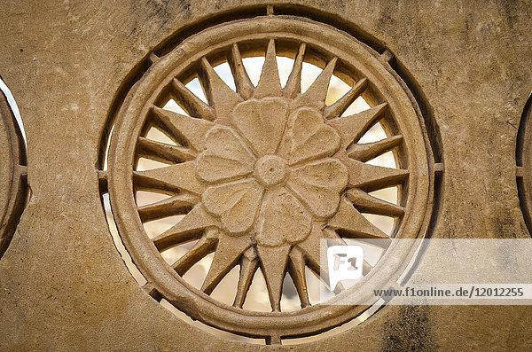 Architektonisches Detail  geschnitzter Sandstein in den historischen Gebäuden des Hügelkastells in Jaisalmer.