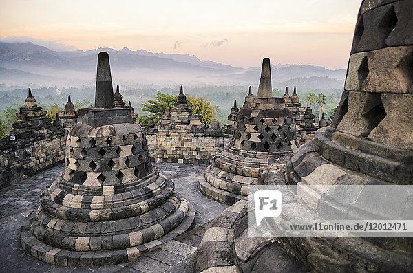 Borobudur-Tempel  ein buddhistischer Tempel aus dem 9. Jahrhundert mit Terrassen und Stupa mit vergittertem Äußeren  Glockentempel mit Buddhastatuen. UNESCO-Weltkulturerbe.