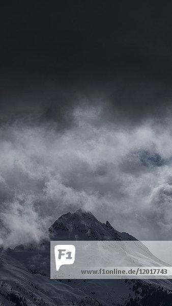 Tiefblick auf den schneebedeckten Berg vor bewölktem Himmel  Tantalus  British Columbia  Kanada Tiefblick auf den schneebedeckten Berg vor bewölktem Himmel, Tantalus, British Columbia, Kanada