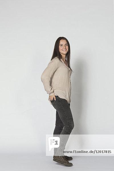 Seitenansicht Porträt einer lächelnden schönen Frau vor weißem Hintergrund