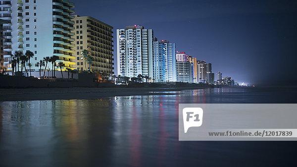 Beleuchtete Gebäude am Strand in der Stadt bei Nacht  Daytona  Florida  USA Beleuchtete Gebäude am Strand in der Stadt bei Nacht, Daytona, Florida, USA