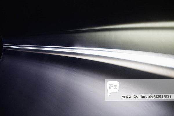 Abstrakte Lichtspuren vor schwarzem Hintergrund
