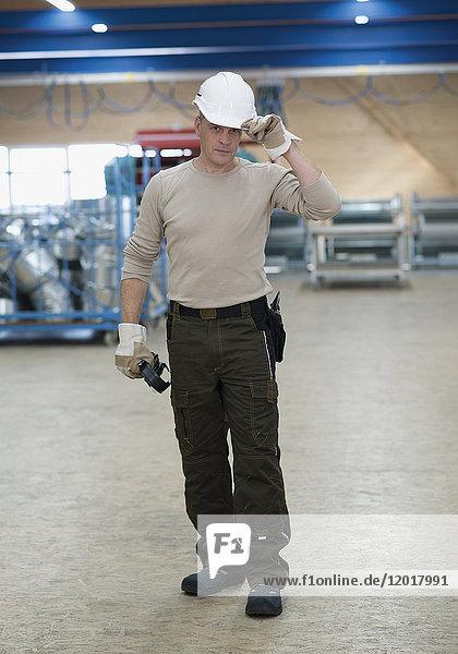 Facharbeiter in Arbeitskleidung
