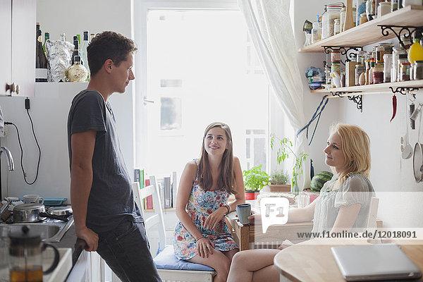 Junge Freunde in der Küche zu Hause