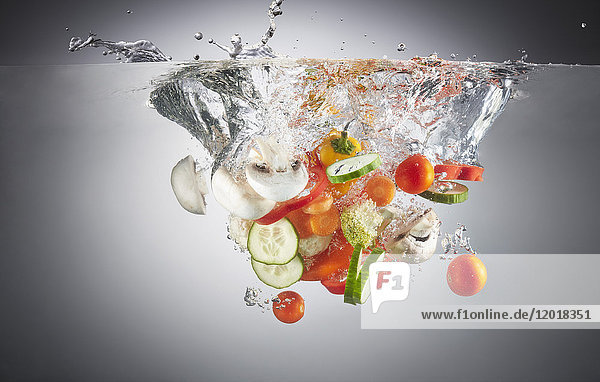 Nahaufnahme von gehacktem Gemüse in Spritzwasser