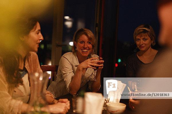 Glückliche weibliche Freunde genießen Geburtstagsparty zu Hause
