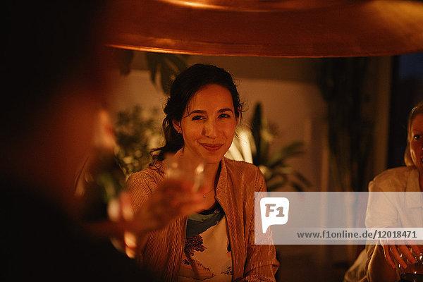 Lächelnde Frau genießt Party mit Freundin zu Hause