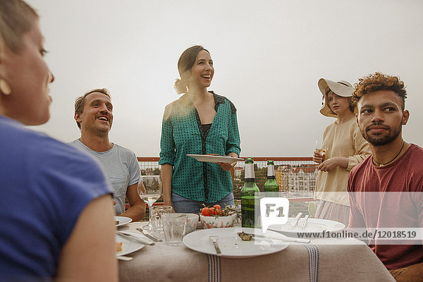 Fröhliche Freunde bei einer Mittagsparty auf der Terrasse