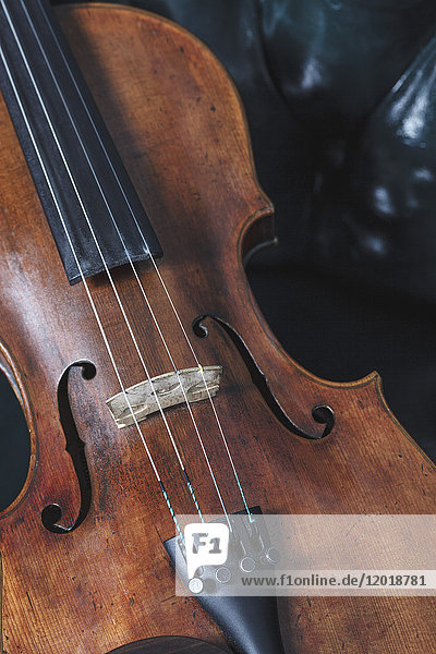 Hochwinkel-Nahaufnahme der Geige auf dem Tisch