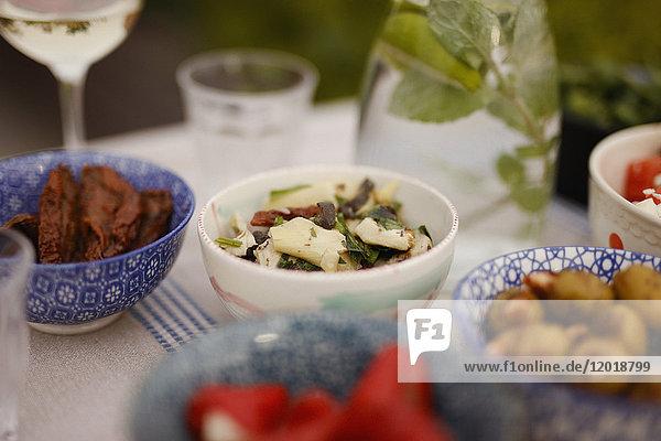 Nahaufnahme der Speisen auf dem Tisch auf der Terrasse