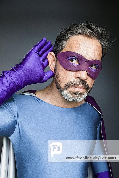 Superhelden hören vor grauem Hintergrund