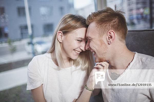 Romantisches junges Paar im Restaurant