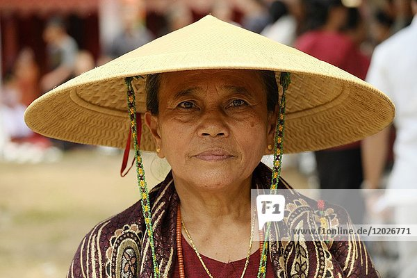 Woman wearing traditional hat during funeral ceremony in Rantepao  Tana Toraja  Sulawesi  Indonesia  South East Asia.