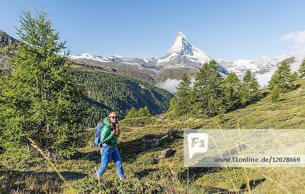 Wanderin auf 5-Seen Wanderweg  hinten schneebedecktes Matterhorn  Wallis  Schweiz  Europa