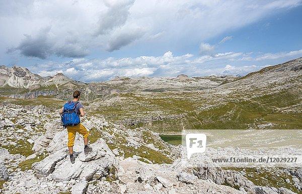 Wanderer auf dem Rundwanderweg um die Sella Gruppe beim See Lech de Crespeina  Crespeinasee  Grödner Joch  Passo Gardena  Naturpark Puez-Geisler  Dolomiten  Selva di Val Gardena  Südtirol  Trentino-Alto Adige  Italien  Europa Wanderer auf dem Rundwanderweg um die Sella Gruppe beim See Lech de Crespeina, Crespeinasee, Grödner Joch, Passo Gardena, Naturpark Puez-Geisler, Dolomiten, Selva di Val Gardena, Südtirol, Trentino-Alto Adige, Italien, Europa