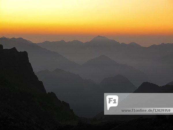 Champorcher Tal  Blick von Dondena bei Dämmerung  Sonnenaufgang  Aostatal  Italien  Europa