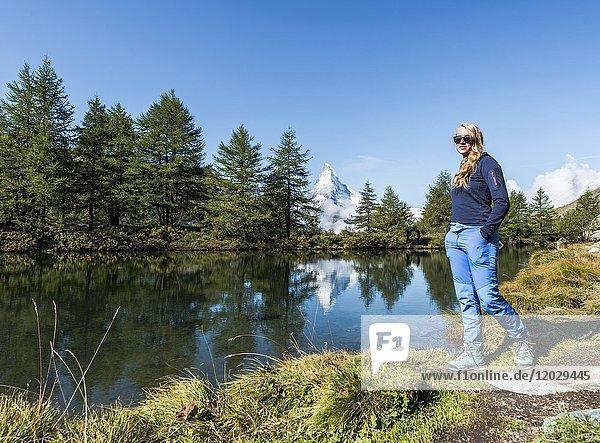 Wanderin am Grindijsee  Matterhorn spiegelt sich im See  Wallis  Schweiz  Europa