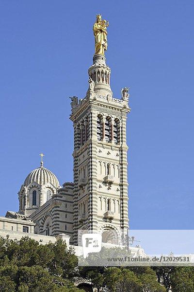 Kirche Notre Dame de la Garde mit Statue der Jungfrau mit dem Kind  Marseille  Département Bouches-du-Rhône  Provence-Alpes-Côte d?Azur  Frankreich  Europa