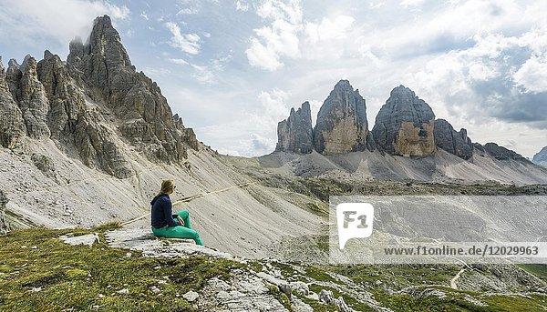 Wanderin macht Pause  Nordwände der Drei Zinnen  Sextner Dolomiten  Provinz Südtirol  Trentino-Südtirol  Alto-Adige  Italien  Europa